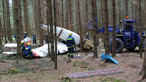 Bergung des Flugzeugwracks im Wald