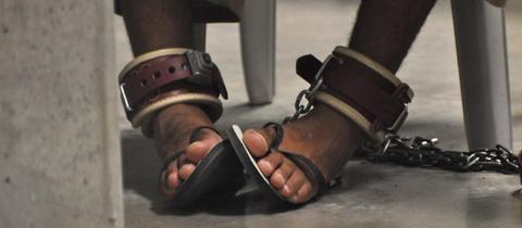 Häftling mit Fußfesseln