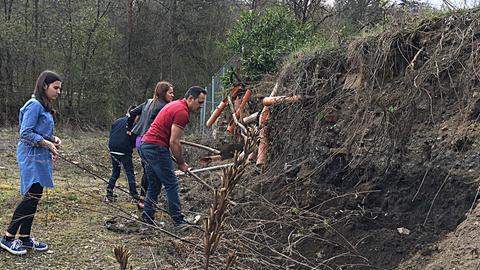 Familie Ermagan auf ihrem Grundstück in Bad Endbach
