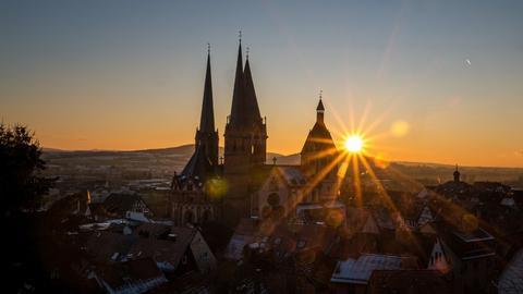 Der Sonnenuntergang an der Marienkirche in Gelnhausen (Main-Kinzig)