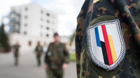 Ein Aufnäher der deutsch-französischen Brigade auf einem Uniform-Ärmel.