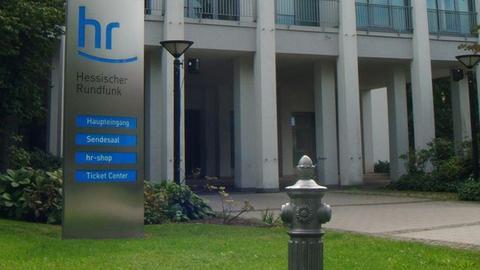 Pfosten vor dem HR-Gebäude