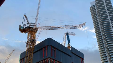 Der Ausleger eines Baukrans ist auf einer Baustelle in Frankfurt-Gallus abgeknickt.