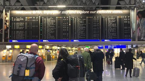 Wartende Passagiere am Frankfurter Flughafen
