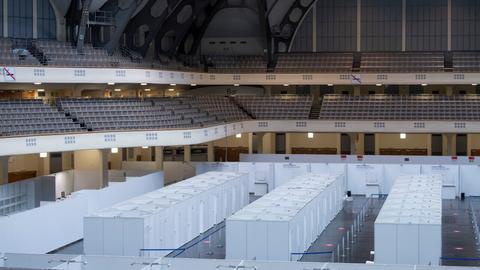 Das Impfzentrum in der Frankfurter Festhalle: Impfkabinen und Festhallensitzplätze