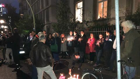 Teilnehmer der Mahnwache vor der Westend-Synagoge in Frankfurt