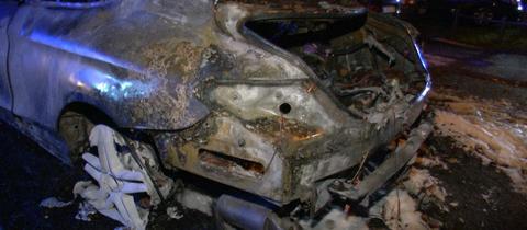 Eines der im Frankfurter Stadtteil Nied vollständig ausgebrannten Autos.