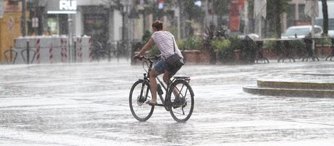 Radfahrerin bei Regen
