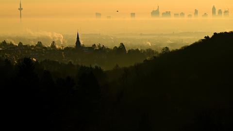 Hochhäuser in Frankfurt ragen aus der Wolkendecke.