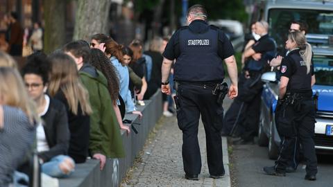 Feiernde und Polizei am Friedberger Markt in Frankfurt