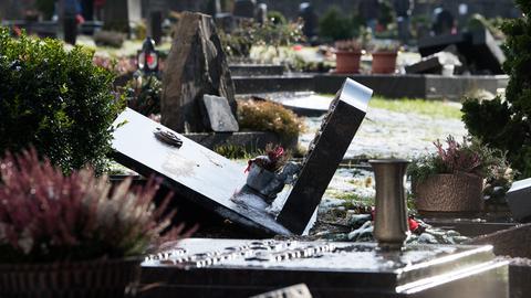 Umgekippter Grabstein auf dem Friedhof in Hessisch Lichtenau