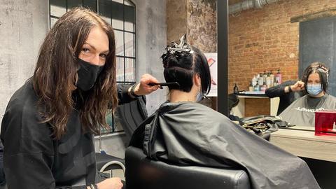 Mit Mundschutz und viel Abstand: Ein Friseur-Besuch während der Corona-Pandemie.