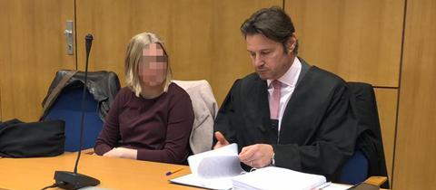 Die Verurteilte Elena W. und ihr Anwalt im Gerichtssaal