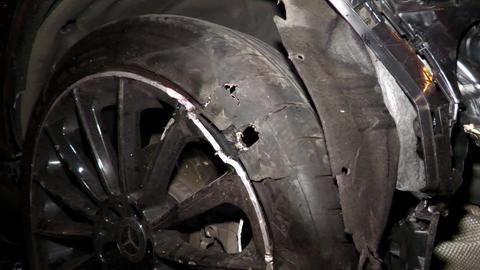 Stark beschädigter Reifen eines Autos