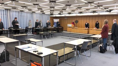 Das Foto zeigt den Gerichtssaal mit allen Prozessbeteiligten.