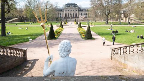 Blick von hinten auf Neptun mit Dreizack im Fuldaer Schlossgarten