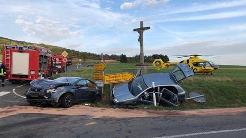 Die Unfallfahrzeuge an einer Kreuzung.