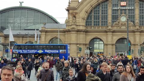 Fußgänger am Frankfurter Hauptbahnhof