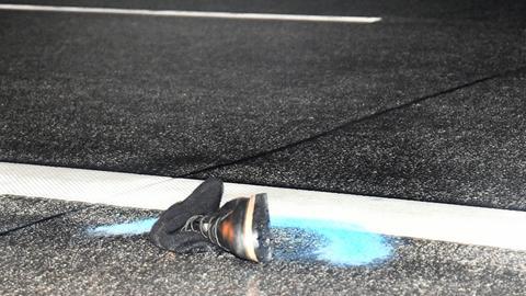 Schuh an verschneiter Autobahn