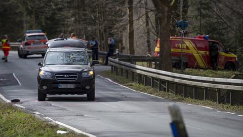 Unfallwagen, Polizei und Rettungsdienst auf der Landstraße