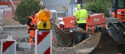 Einsatzkräfte versuchen, die Gasleitung abzudichten.