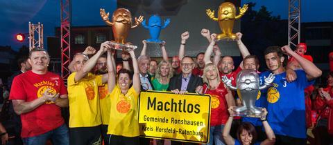 Jubelnde Finalteilnehmer mit Ministerpräsident Volker Bouffier und hr-Intendant Manfred Krupp (Mitte)