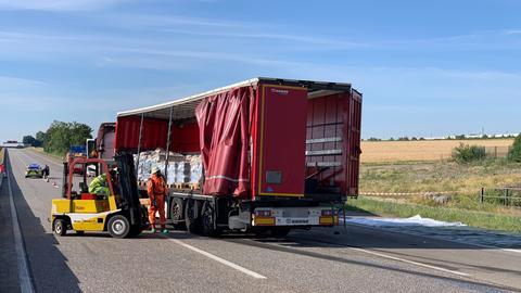Arbeiter an Lkw auf Autobahn