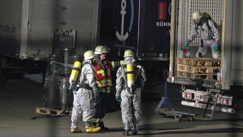 Feuerwehrleute in Schutzanzügen im Einsatz in Hauneck.