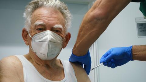 Helmut Gaußmann (85) aus Messel hat im Darmstädter Impfzentrum als Erster eine Corona-Impfung erhalten.