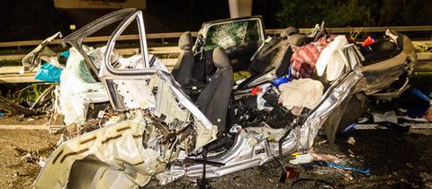 Ein zerstörtes Auto nach einem Geisterfahrer-Unfall auf der A67