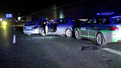 Auto eingeklemmt zwischen zwei Polizeiautos