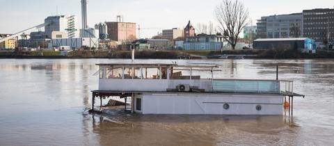 Gekentertes Hausboot auf dem Main