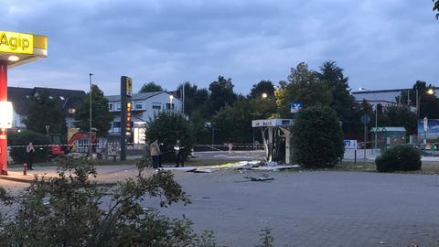 Polizisten haben in Linden den Bereich um einen gesperrten Automaten weiträumig abgesperrt.