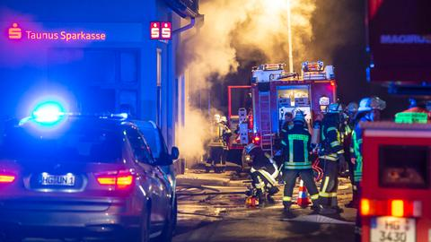 Polizei- und Feuerwehreinsatz nach Geldautomatensprengung in Friedrichsdorf