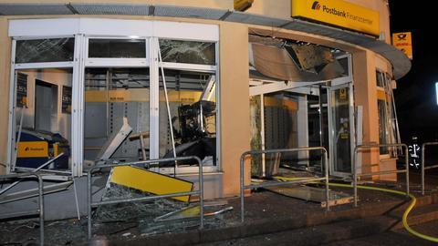 Der zerstörte Eingangsbereich der Postbankfiliale