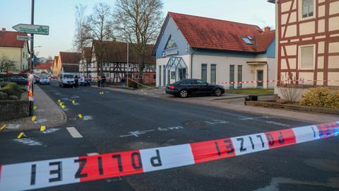 Spurensicherung vor der Bankfiliale in Lauterbach.