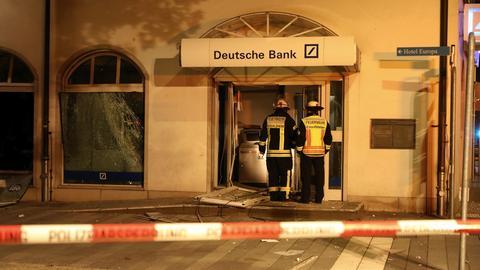 Einsatzkräfte betrachten den Schaden an der Bankfiliale in Rüsselsheim.