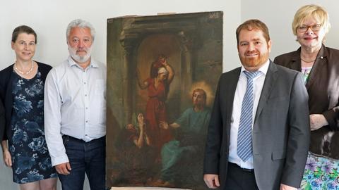 Bürgermeister Olivier Thomas aus Marcoussis (2. von links) nahm das Chassériau-Gemälde aus den Händen von Beamten des BKA und der Wiesbadener Polizei entgegen