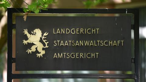 Schild vor dem Gerichtsgebäude in Marburg