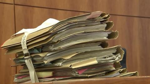 Aktenstapel beim Prozess gegen einen 27-Jährigen