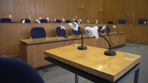 Der Gerichtssaal beim Lübcke Prozess, hier der Tisch der Zeugen