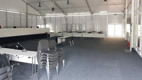 Gerichtssaal im Zelt