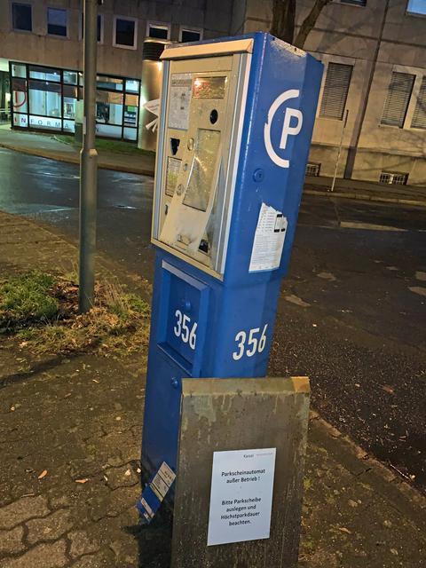 Von Böllern beschädigter Parkscheinautomat in Kassel