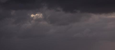 Gewitterwolken über einem Berg
