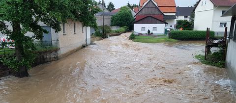 In Schwalmtal-Brauerschwend schwoll durch die Wassermassen ein Bach an.