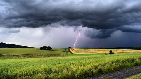 Ein Blitz über Feldern: Gewitter in der Wetterau
