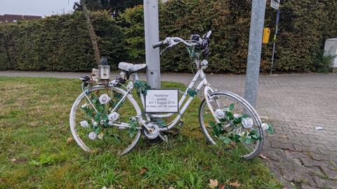 """Das """"Ghost Bike"""" an der Todeskreuzung in Weiterstadt"""