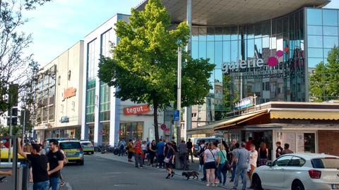 Menschen vor dem Einkaufszentrum in Gießen