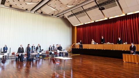 Anklage- und Richterbank beim Prozess in der Gießener Kongresshalle.
