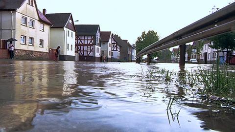 Überflutete Straße in Heuchelheim